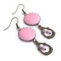 Rózsaszín tavasz - textilbőr fülbevaló , Ékszer, Fülbevaló, Élénk rózsaszínű textilbőr gombból készítettem fülbevalót, hozzá passzoló színű üveggyöngyökkel és f..., Meska