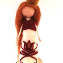 Bíborka, Dekoráció, Magyar motívumokkal, Otthon, lakberendezés, Tűnemezeléssel, gyapjúból készített fatalpon álló magyar népi ihletésű királylány. Népi motívumokkal..., Meska