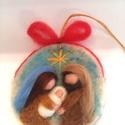 Betlehem, Dekoráció, Karácsonyi, adventi apróságok, Ünnepi dekoráció, Karácsonyfadísz, Gyapjúból készült kör alakú karácsonyfadísz, dekoráció. A Szent családot ábrázolja. A masni színe vá..., Meska