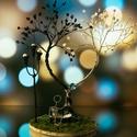 """Fekete-fehér, jin-jang szívfa padon ülő emberkével, kezében swarovski szív """"lufival"""", Otthon & lakás, Dekoráció, Dísz, Gyöngyfűzés, gyöngyhímzés, Gyöngyfűzött fekete-fehér (jin-jang) szívalakú fa, előtte kis pad, azon emberke, kezében swarovski ..., Meska"""