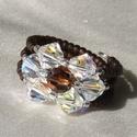 Barna rozetta, Ékszer, Gyűrű, Szivárványos Swarovski kristályokkal és barna gyöngyökkel kialakított gyűrű. Átmérője: 1..., Meska
