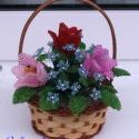 Tavaszi tulipános kosárka gyöngyből, asztali dísz, Dekoráció, A díszt 5 cm magas (fül nélkül) és 10 cm átmérőjű kör alakú kosárkába készítettem. Te..., Meska