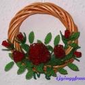 Piros rózsás vesszőkoszorú, ajtódísz, Dekoráció, Otthon & lakás, Koszorú, Lakberendezés, Ajtódísz, kopogtató, Gyöngyfűzés, gyöngyhímzés, Virágkötés, Az alap 14 cm átmérőjű színes vessző koszorú, amit piros 2 mm-es cseh kásagyöngyből készített rózsák..., Meska