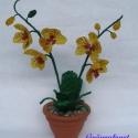 Orchidea cserépben, asztali dísz, Dekoráció, Otthon, lakberendezés, Dísz, Kaspó, virágtartó, váza, korsó, cserép, A virágot 2 mm-es sárga valamint zöld cseh kásagyöngyből fűztem. A virágokat 2 száron rende..., Meska