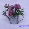 Lila rózsa  cink öntözőkannában, virág gyöngyből, asztali dísz, Otthon, lakberendezés, Dekoráció, Kaspó, virágtartó, váza, korsó, cserép, Dísz, A díszt 6 cm magas és 5 cm átmérőjű cink öntözőkannába készítettem.  Teljes magassága (..., Meska