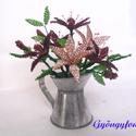Lilioml cink kannában gyöngyből, asztali dísz, Dekoráció, Otthon, lakberendezés, Dísz, Kaspó, virágtartó, váza, korsó, cserép, Gyöngyfűzés, Virágkötés, A díszt egy 6 cm magas és 4 cm átmérőjű cink kiöntőbe készítettem. Teljes magassága (virág + cink e..., Meska
