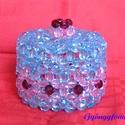 Ékszertartó doboz, bonbonier gyöngyből, asztaldísz és lakásdekoráció, Dekoráció, Otthon, lakberendezés, Dísz, Tárolóeszköz, Gyöngyfűzés, A dobozt 1 cm-es kék és rózsaszín akril gyöngyből fűztem, kör alakú két részből áll. Az alsó rész m..., Meska