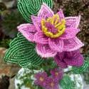 Rózsaszínű clematis gyöngyből, Kásagyöngyből készült kis virág együttes.Me...