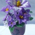 Lila gyöngyvirág talpas kaspóban.,  A fantázia terméke ez a kis asztaldísz.  Egy n...