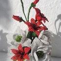 Fehér virágos asztaldísz, Dekoráció, Otthon, lakberendezés, Dísz, Asztaldísz, Gyöngyfűzés, Két nagy fehér virág van a központban, amit körbe vesznek a kis virágok . 6 kis virág és 3 bimbó 9 ..., Meska