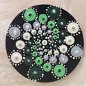 Mandala hűtőmágnes Zöld spirál, Konyhafelszerelés, Hűtőmágnes, Egyedi, kézzel festett mandala hűtőmágnes, zöld színvilágban. Fa lézervágott korongra kész..., Meska
