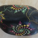 Mandala kézzel festett nagyméretű kő, Otthon, lakberendezés, Asztaldísz, Egyedi, kézzel festett mandala nagyméretű energiakő szivárvány színvilágban, akár egy cukorka. Hófeh..., Meska