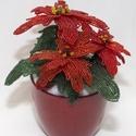 Mikulásvirág kaspóban, Karácsonyi, adventi apróságok, Karácsonyi dekoráció, Gyöngyfűzés, Három csodálatos, piros mikulásvirág adja ezt az asztaldíszt. A virágok egy 11 cm magas bordó kaspó..., Meska