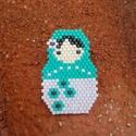 Matrjoska baba kitűző, Ékszer, Bross, kitűző, Miyuki delica gyöngyből készítettem szeretettel ezt a helyes babát, hogy mosolyt csaljon viselőjének..., Meska