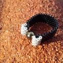 Fekete-ezüst gyöngy gyűrű, Ékszer, Gyűrű, Miyuki delica gyöngyből és egy fényes teklából készítettem ezt az elegáns gyűrűt, peyote-..., Meska