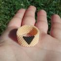 Krémszínű minimalista gyöngy gyűrű, Ékszer, Gyűrű, Miyuki delica gyöngyből készítettem ezt az elegáns , de egyszerű gyűrűt, Peyote-technikával.  A gyön..., Meska