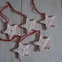 Fehér horgolt karácsonyi csillagok, Dekoráció, Ünnepi dekoráció, Karácsonyi, adventi apróságok, Karácsonyfadísz, Horgolás, Varrás, Fehér színű pamut fonalból csillagokat horgoltam, majd piros fonallal összevarrtam őket. Szerintem ..., Meska