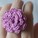 Horgolt rózsa gyűrű, Ékszer, Gyűrű, Horgolt rózsa gyűrű mályva színben.  Állítható fém gyűrű-alapra varrva.  Virág átmérő..., Meska