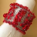 Csipke horgolású karkötő különböző piros gyöngyökből , Ékszer, óra, Karkötő, Ezüst színű drótból különböző méretű és alakú piros színű gyöngyökből és kristál..., Meska
