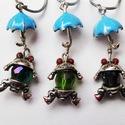 """""""Ének az esőben"""" Vidám béka esernyővel, Ékszer, Nyaklánc, A vidám kisbéka teste 1,3 cm hosszú zöld/kék/lila Svarowski kristály, esernyője 2 cm hosszú kék és e..., Meska"""