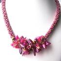 Élénk pink és arany csíkos alapú nyaklánc, virágokkal, levelekkel összeszőve, Ékszer, Nyaklánc, A nyakláncot 8 lánc összeszövésével hoztam létre. A nyaklánc elején azonos színű, élénk..., Meska