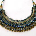 Kék és zöld gyöngyhimzéssel diszített arany nyaklánc, Ékszer, Nyaklánc, Arany színű horgolt textil alapra hímeztem kék és zöld gyöngyökkel vékony drótszállal. Ez alkotja a ..., Meska