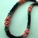 Fekete nyaklánc rózsaszín-lazac színű ásványgyöngyökkel