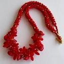 Piros arany pöttyös nyaklánc korall és üveggyöngy diszítéssel, Ékszer, Nyaklánc, Piros és arany apró gyöngyöket 8 szálra fűzve összefontam japán fonással. Az elejét korall gyöngyök ..., Meska