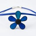 Kék-fekete virág medálos  nyaklánc, Ékszer, Nyaklánc, Gyurma, Ékszerkészítés, A medál anyaga süthető gyurma(sculpey premo) és üveglakk, mérete 6x6x0,5cm. A felület műgyanta vagy..., Meska