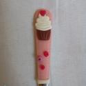 Cupcake és szivecske kiskanál, Mindenmás, Konyhafelszerelés, Baba-mama-gyerek, Játék, Gyurmával díszített kiskanál cupcakkel és szivecskével,mérete: 15 cm., Meska