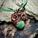 DORIEN - Nyers smaragd medál zöld zsinór nyakláncon, Ékszer, óra, Nyaklánc, Medál, Ékszerkészítés, Gyurma, SMARAGD Meditációs kő. A REMÉNY köve.  4. csakra köve - szívcsakra  DORIEN medál Egyedi foglalatba ..., Meska