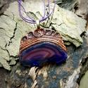 Achát csiszolatos medál lila zsinór nyakláncon - MORGANA, Ékszer, Medál, Nyaklánc, Morgana egy kézzel formált medál. Anyaga modellező gyurma, amibe egy csiszolt színezett achát lapot ..., Meska