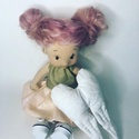 Gyvocska baba, Játék & Gyerek, Baba & babaház, Baba, Baba-és bábkészítés, Nemezelés, A baba kb. 21 cm magas, teste pamutból, haja racka juh gyapjából készült. Pofija, pocakja, és popój..., Meska
