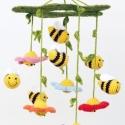 Méhes-virágos horgolt babaforgó, gyerekszoba dekoráció, Megrendelhető!  Színes, kedves, ágy fölé akas...