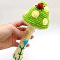 gomba csörgő katicabogárral és virággal - horgolt babajáték, Megrendelhető! Horgolt gomba csörgő zöld, sár...