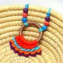 horgolt színes nyaklánc kerámia gyöngyökkel és fa karikával, Ékszer, óra, Nyaklánc, Fa karikára horgolt nyaklánc korall piros, kék, narancssárga és sötét lila színben, kerámia gyöngyök..., Meska