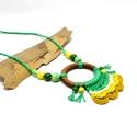 horgolt nyaklánc zöld és sárga árnyalatokban kerámia gyöngyökkel, Fa karikára horgolt nyaklánc zöld, sárga, must...