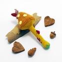 mustár színű horgolt gomba csörgő csigával, katicával és virággal - babajáték, 100% pamut fonalból horgolt gomba csörgő mustá...