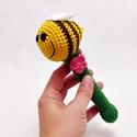 méhecske csörgő rózsaszín virágokkal - babajáték, Baba-mama-gyerek, Játék, Baba játék, Baba-mama kellék, 100% pamut fonalból horgolt méhecske csörgő sárga alapon barna csíkokkal, zöld fogóval és rózsaszín ..., Meska