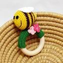 horgolt méhes csörgő rózsaszín virágokkal - kőrisfa karikán, Baba-mama-gyerek, Játék, Baba játék, Baba-mama kellék, 100% pamut fonalból horgolt csörgő, zöld alapon sárga-barna csíkos méhecske és rózsaszín virágok dís..., Meska