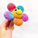 horgolt mosolygó virág csörgő - színes babajáték, 100% pamut fonalból horgolt mosolygó virág csö...