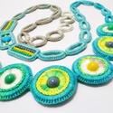 hosszú horgolt nyaklánc zöld, kék, sárga és szürke színekben, Ékszer, óra, Nyaklánc, Pasztell sárga, kék, zöld és szürke fonalakból karikákra horgolt nyaklánc gyöngyökkel. A nyaklánc te..., Meska