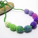 nyaklánc horgolt gyöngyökkel, lila, zöld és nyers fehér színben, Fa gyöngyökre horgolt nyaklánc lila, zöld és ...