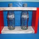 Coca-cola virágtartó - váza, Otthon, lakberendezés, Dekoráció, Dísz, Kaspó, virágtartó, váza, korsó, cserép, Festett tárgyak, Famegmunkálás, Deszka lapokból és kólás üvegből készült egyedi virágváza. Méretek: 29 x 19 x 9 cm. A fa keret coca..., Meska