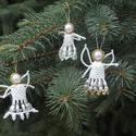 Angyalok gyöngyből, Dekoráció, Ünnepi dekoráció, Karácsonyi, adventi apróságok, Karácsonyfadísz, Gyöngyfűzés, Az angyalokat kásagyöngyből és nagyobb műanyag gyöngyből fűztem cérnára. A szárnyakat dróttal erősí..., Meska