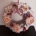 Kopogtató, Otthon & Lakás, Dekoráció, Ajtódísz & Kopogtató, Virágkötés, Ezt az ajtódiszt 30cm-es alapra készítettem. Kellemes pasztel színeket használtam. Selyem virágok, ..., Meska