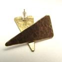 Sárgaréz háromszög bedugós fülbevaló ezüsttel, Ékszer, Fülbevaló, Fémmegmunkálás, Ötvös, Sárgaréz apróság a mindennapokra...  Sárgarézből készített kis fülbevaló, amelyre tiszta ezüst bedu..., Meska