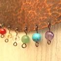Hét csakra vörösréz nyaklánc, Ékszer, Nyaklánc, Vörösrézből készült íves nyaklánc, a hét csakra ásványaival. A medál 13x4 cm Antikolt, nikkelmentes...., Meska