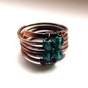 Smaragd spirál gyűrű, Ékszer, Gyűrű, 4 mm-es csiszolt cseh üveggyöngyök díszítik ezt a rusztikusra kalapált több soros spirál gyűrűt. Ant..., Meska