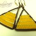 Sárga zizegő háromszög, Ékszer, Fülbevaló, Antikolt vörösrézből háromszög formát öltött fülbevaló. 4 mm-es apró rizsszem alakú üveggyöngyök dís..., Meska